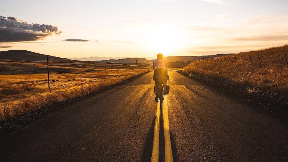 """Mit dem Fahrrad durch die weite Landschaft (Fotografie aus """"Bikepacking"""")"""