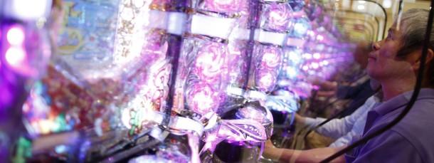 Pachinko – eine Mischung aus Geldspielautomat und Bagatelle-Spiel – ist in Japan sehr beliebt. Vor allem die blinkenden Lichter ziehen die Spieler in ihren Bann.