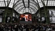 56 gigantische Fotos des Designers aus allen Epochen hängen im Grand Palais, wo Lagerfeld seine Schauen inszenierte.