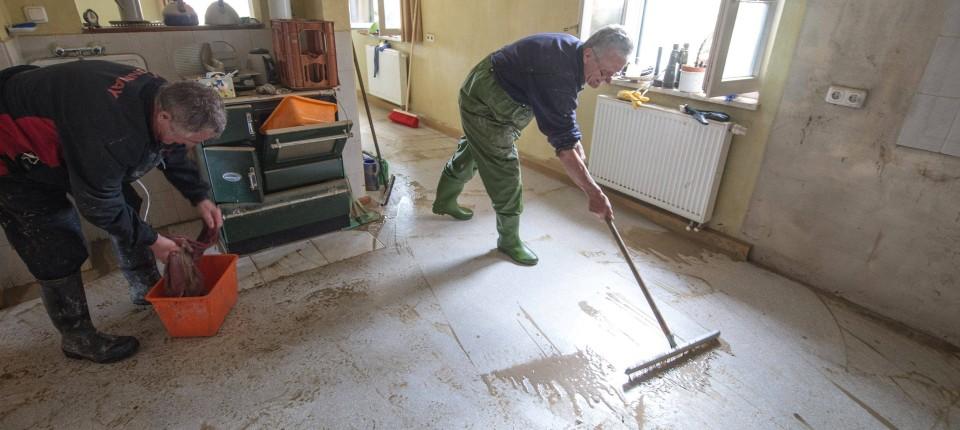 Erste Schritte: Luitpold Weinberger (rechts) Säubert Einen Wohnraum Seines  Hauses Im Deggendorfer Ortsteil