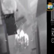 Ein Handout der italienischen Finanzbehörde, das von einem Hubschrauber aus mit Wärmebildkamera aufgenommen wurde, zeigt drei Verdächtige (Mitte) in Messina.