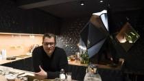 Dunkle Fließen, helles Holz: Barkeeper Sven Riebel will im Bonechina das traditionelle Bar-Konzept aufbrechen.