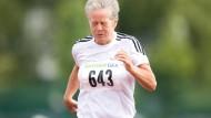 Wer weniger rastet, rostet auch weniger: Eine Seniorin beim Dauerlauf