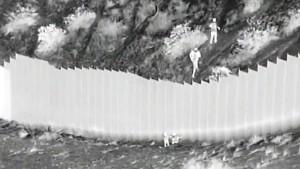 Zwei kleine Mädchen über amerikanische Grenzmauer geworfen