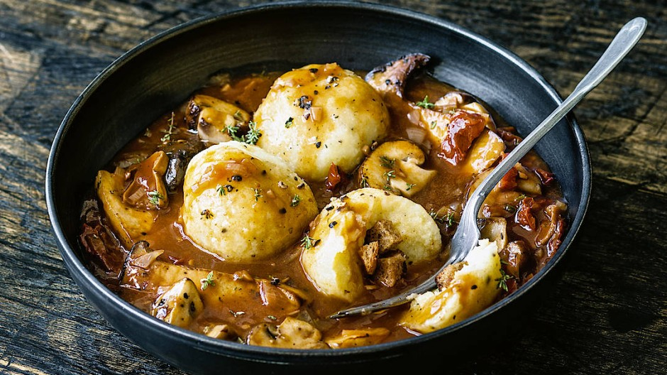 Deftig und vegan: Pilzragout mit Kartoffelklößen