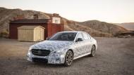 Noch gibt es die E-Klasse nur mit Tarnung zu sehen. Kommende Woche auf der Detroit Auto Show lässt Mercedes die Hüllen fallen.