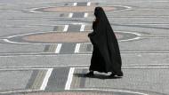 Eine Frau im Nikab in München (Archivaufnahme). In Emden hat ein solcher Ganzkörperschleier zum Konflikt geführt.