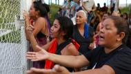 Verzweiflung in Manaus: Angehörige vor einem der Gefängnisse in Manaus, in dem Insassen in einem Bandenkrieg zu Tode kamen.