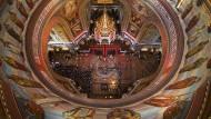 Russisch-orthodoxe Gläubige stehen am Dienstag in der Christ-Erlöser-Kathedrale in Moskau  an, um die Gebeine des Heiligen Nikolaus von Myra zu küssen.
