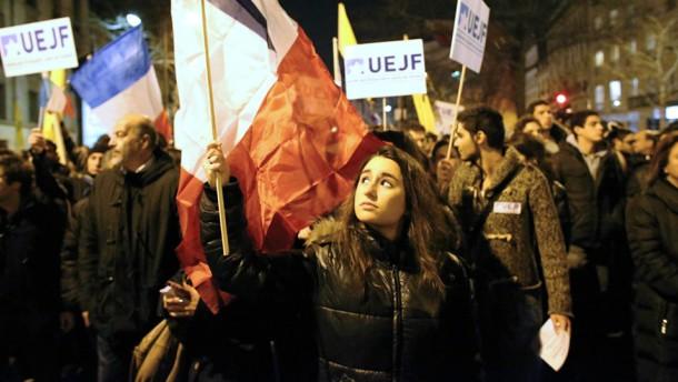 In ganz Frankreich gedenken tausende Menschen mit Schweigemärschen und Gottesdiensten der Opfer des Anschlags auf eine jüdische Schule