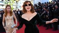 Wie der rote Teppich, so ist meist auch das Filmfestival: In Berlin ist es für viel Haut im Februar meist zu kalt, beim ältesten Filmfest in Venedig hält man sich glamourös bedeckt, aber in Cannes darf es gern ein bisschen mehr sein. Mehr Bein, mehr Haut und manchmal eben auch mehr Dekolleté, wie hier bei der amerikanischen Schauspielerin Susan Sarandon.