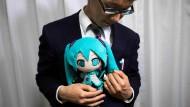 Ehering ums Handgelenk: Akihiko Kondo mit der Stoffversion seiner Braut Hatsune Miku.