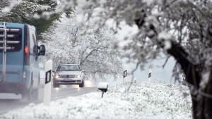 Schnee und Eis behindern Autofahrer im Süden