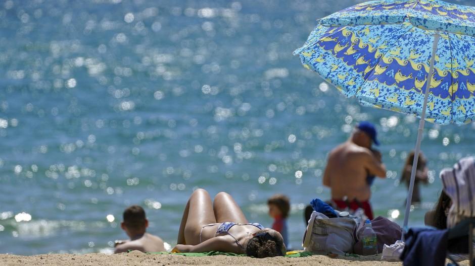 Strand in Bournemouth: Nicht in allen Ländern gilt zarte Sonnenbräune als chic.