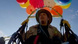 100 Heliumballons und ein Gartenstuhl