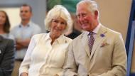 Der Prince of Wales lächelt an der Seite seiner zweiten Frau, Camilla.