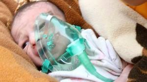 Säugling lebend aus den Trümmern geborgen