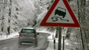 Schneechaos auf Straßen und Schienen