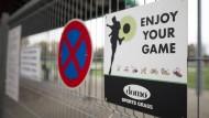 Der Fußballplatz des SV Grün-Weiß Wellendorf-Güsten in Jülich (Nordrhein-Westfalen) – das Schild, das zu Fairplay aufruft, hat hier nicht geholfen.