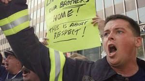 New Yorker Feuerwehrleute protestieren am Unglücksort