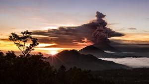 Vulkan auf Bali stößt mehrere Kilometer hohe Rauchsäule aus