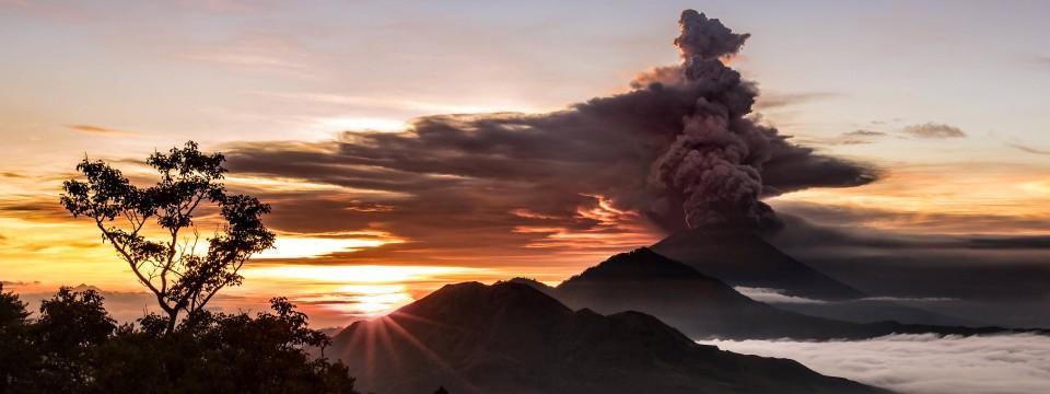 Der Vulkan Mount Agung Auf Bali Am Sonntag