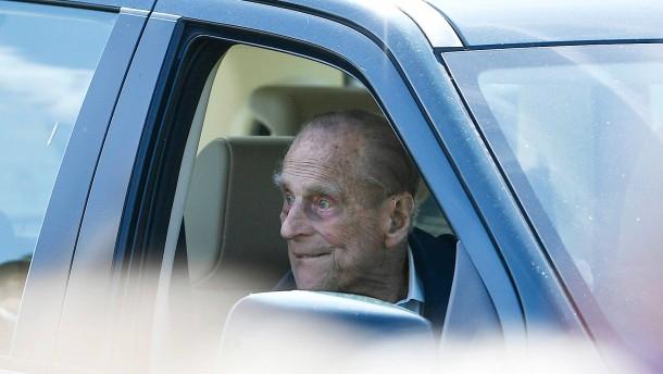 Prinz Philip nach Unfall wieder am Steuer