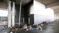 Angebrannte Gegenstände liegen am Dienstag auf einem Parkdeck an den St.Pauli-Landungsbrücken in Hamburg.