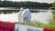Polizisten sichern am Montag am Wietzesee in Niedersachsen Spuren. Spaziergänger hatten dort zuvor Leichenteile in einer Plastiktüte entdeckt.