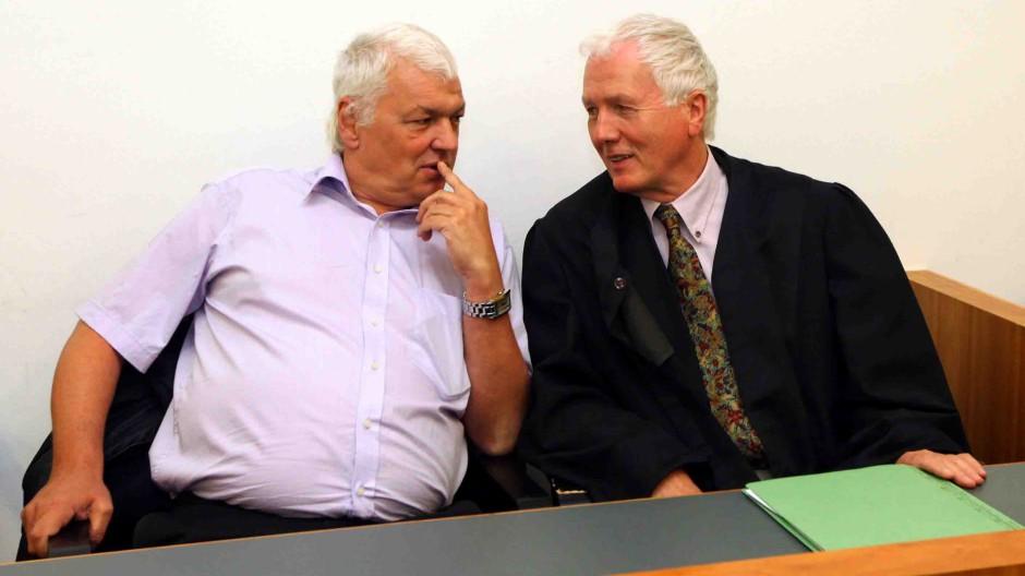 Horst Arnold (links), hier mit seinem Anwalt Hartmut Lierow, saß fünf Jahre unschuldig im Gefängnis