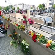Am Zugang zur U-Bahnstation Olympia-Einkaufszentrum legen Menschen am Tag nach dem mutmaßlichen Amoklauf mit zehn Toten und vielen Verletzten Blumen nieder.