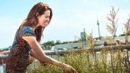 Über den Dächern Berlins: Julia Malik wässert die Pflanzen auf ihrer Terrasse.