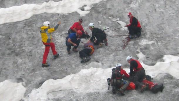 Deutscher Bergsteiger überlebt eine Woche in Gletscherspalte