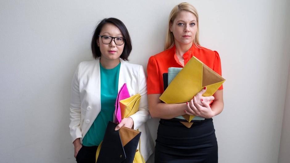 """""""Es ist kinderleicht"""", lockt Maru Winnacker (links) vom Projekt Oona, hier mit ihrer Geschäftspartnerin Silke Kuisle und einigen Taschen."""