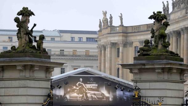 Mit Blick auf das Brandenburger Tor