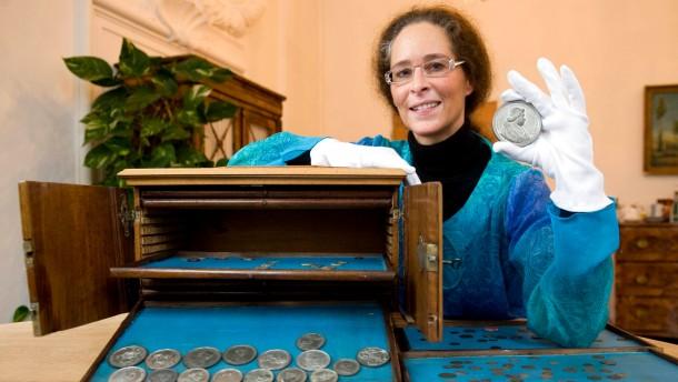 Hausmeisterin findet vergessenen Silberschatz in Passauer Bibliothek