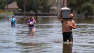 Ein Mann rettet am Mittwoch Besitztümer in einer Kiste vor den Fluten in Louisiana