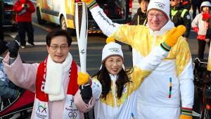 Fackelübergabe: Eric Wehrheim (rechts), Mun Suk und der Bürgermeister Choi MyeongHee