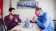 Im Pohlheimer Istanbul Kebaphaus der Familie Can sitzen der Student Ali Can (links) und AfD-Funktionär Bernd Leidich an einem Tisch und unterhalten sich.