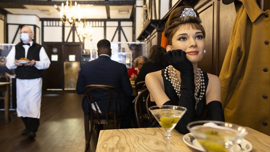 Nicht die schlechteste Tischnachbarin: Wachsfigur von Audrey Hepburn in Peter Luger's Steak House
