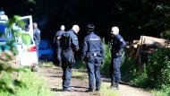Hundertschaften der Polizei suchten tagelang um den Fundort der Skelettteile in einem Waldstück in Thüringen nach weiteren Spuren.