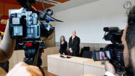 Die Angeklagte und ihr Anwalt vorm Prozessbeginn im September in Bochum