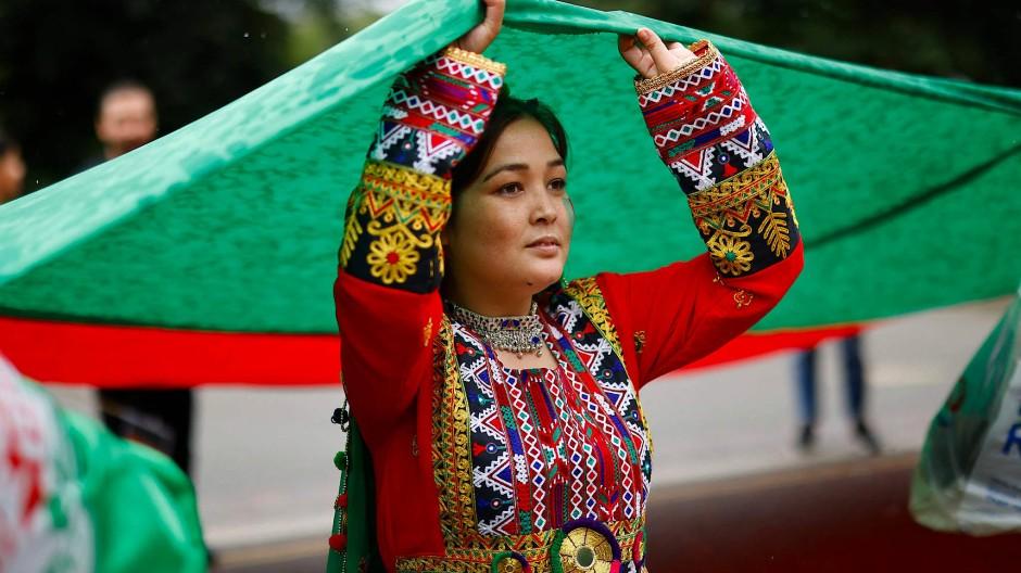 Gegen die Taliban: Eine Demonstrantin in London trägt ein traditionelles afghanisches Kleid.