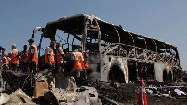 45 Menschen verbrennen in einem Reisebus