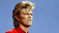 In den achtziger Jahren wechselte Bowie von rot zu blond, hier im Juni 1987 während eines Konzerts in Hamburg mit Föhnfrisur.