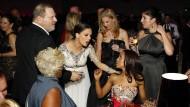 Harvey Weinstein im Jahr 2013 mit seiner Frau Georgina Chapman (zweite von links), die ihn inzwischen verlassen hat, im Gespräch mit der Schauspielerin Kerry Washington (rechts, sitzend)