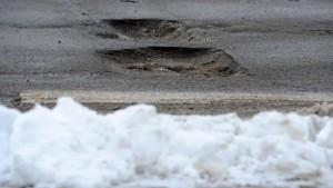 Frost frisst neue Löcher in geflickte Straßen
