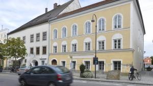 Besitzerin von Hitler-Haus klagt gegen Enteignung