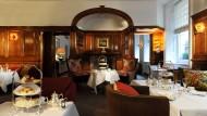 """Über zu viel Dekor kann man sich nicht beklagen: Der """"English Tea Room"""" im Brown's, London."""