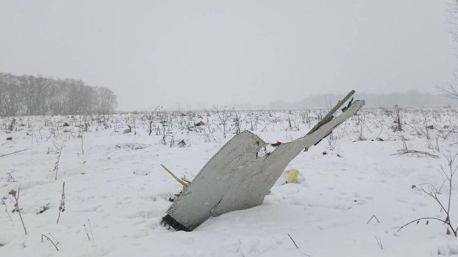 Ein Trümmerteil liegt an der Absturzstelle nahe Moskau im Schnee.